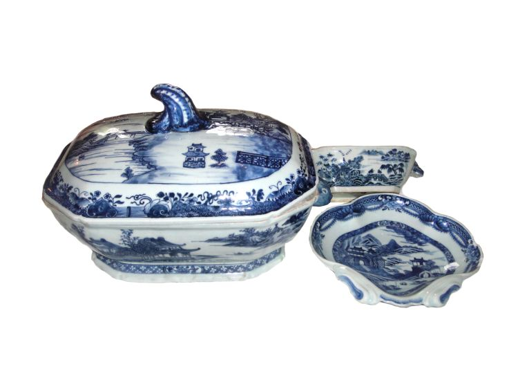 A Chinese blue and white Nankin tureen with associated cover, late 18th century