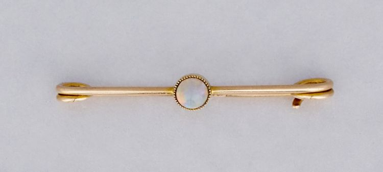 A late Victorian 15ct gold and opal bar brooch