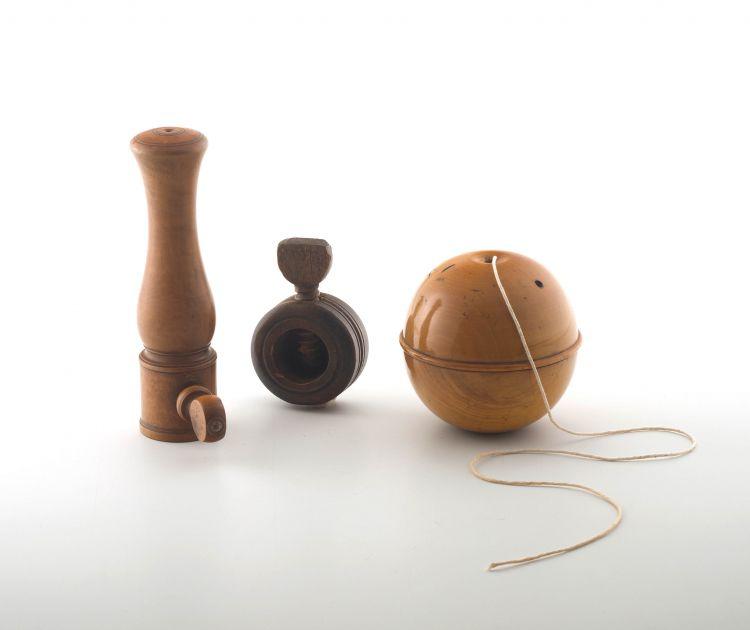A Scottish treen Mauchlineware string holder, 19th century