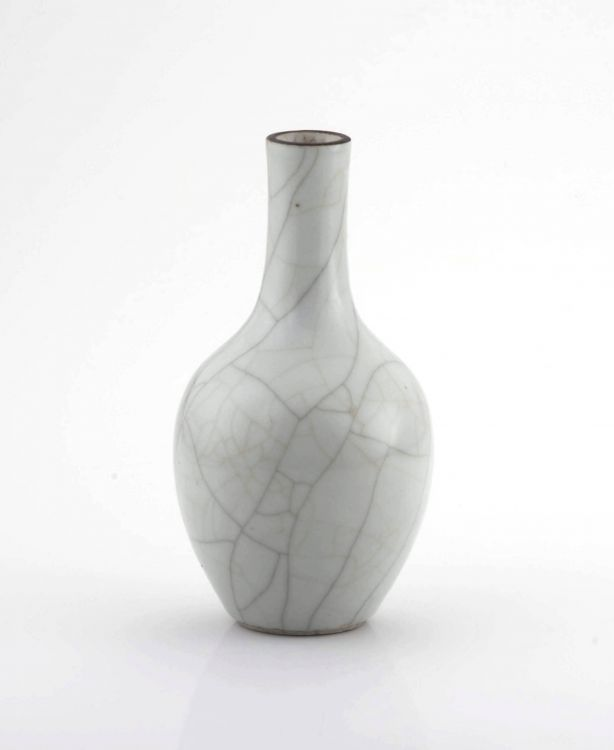 A Chinese Ge-type glazed bottle vase, Qing Dynasty, 18th/19th century