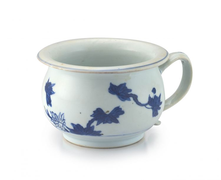 A Chinese blue and white miniature spittoon, Qianlong period, 1735-1796