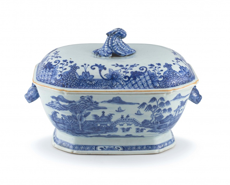 A Chinese blue and white tureen and cover, Qianlong period, 18th century
