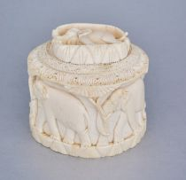 An Indian ivory carved box, first half 20th century