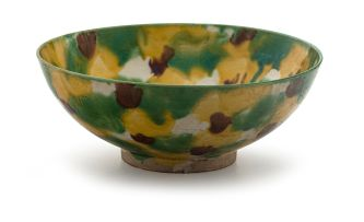 A Chinese 'egg and spinach' glazed bowl, Qing Dynasty, Kangxi period, 1662-1722